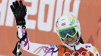 Česká lyžařka Šárka Strachová zdraví diváky při superkombinaci na olympiádě v Soči.