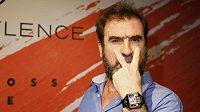 Sem se mi dívejte...? Eric Cantona především upozorňuje na své parádní hodinky.