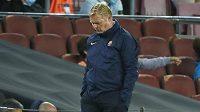 Zamyšelný kouč Barcelony Ronald Koeman během zápasu s Granadou.