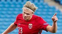 Nor Erling Braut Haaland oslavuje jeden ze tří gólů vstřelených do branky Rumunska.