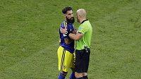 Švédský fotbalista Jimmy Durmaz (vpravo) v diskuzi s rozhodčím v utkání s Německem.