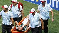 Mexický obránce Héctor Moreno opuští trávník stadiónu ve Fortaleze se zlomeninou holenní kosti na nosítkách.