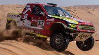 Automobilový jezdec Martin Prokop sviští přes dunu.