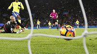 Fotbalový míč letí do sítě - ilustrační foto