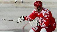 Viktor Ťumeněv během utkání hokejových legend.