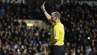 Rozhodčí Robert Madley ukazuje žlutou kartu brankáři Leicesteru Kasperu Schmeichelovi.