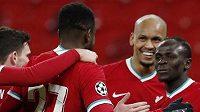 Liverpoolský Sadio Mané oslavuje se spoluhráči gól proti Lipsku.
