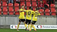 Hráči Karviné (zleva) Jan Kalabiška, Pavel Eismann a Lukáš Budínský se radují z gólu proti Slavii.