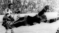Obránce Bobby Orr poté, co gólem v prodloužení proti Torontu zajistil v roce 1970 Bostonu Stanley Cup.