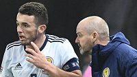 Skotský trenér Steve Clarke dává pokyny Johnu McGinnovi a Andrewu Considineovi.
