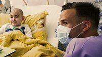 Obránce Filip Novák během návštěvy v nemocnici v Motole.