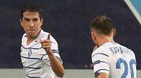 Fotbalisté Dynama Kyjev Carlos de Pena a Oleksandr Karavajev oslavují gól v předkole Ligy mistrů