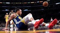 Basketbalista Stephen Curry skončil místo úspěšné smeče na palubovce.