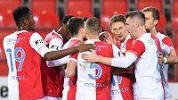 Fotbalisté Slavie se radují z vedoucího gólu proti Mladé Boleslavi.