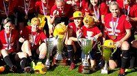 Fotbalistky Sparty s kompletní sbírkou domácích pohárů.