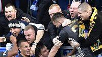 Hráči Baníku se radují s fanoušky z gólu na Slovácku.