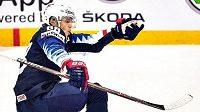 Americký hokejista Patrick Kane oslavuje jednu ze svých dvou branek ve čtvrtfinále loňského MS proti České republice. Vlevo obránce Filip Hronek.