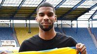 Fotbalisty Teplic posílil útočník Martins Toutou Mpondo. Vlevo jeho agent Daniel Chrysostome.