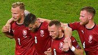 Zraněný český stoper Ondřej Čelůstka odchází ze hřiště během čtvrtfinále EURO za pomoci spoluhráčů.