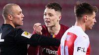 Rozhodčí Miroslav Zelinka uklidňuje emoce mezi Ladislavem Krejčím mladším ze Sparty Praha a Ondřejem Kúdelou ze Slavie během derby.