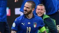 Hráči oslavují gól Mattea Pessiny proti Rakousku