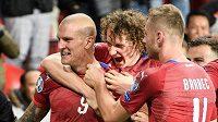 Fotbalisté české reprezentace oslavují vítězný gól Zdeňka Ondráška (číslo 9) na 2:1 během utkání s Anglií.