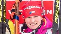Veronika Vítková (vpravo) na stupních vítězů po sprintu v německém Oberhofu. Uprostřed vítězka Anastasia Kuzminová ze Slovenska, vlevo druhá Finka Kaisa Mäkäräinenová.
