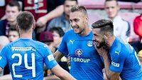 Radost fotbalistů Slovácka na Spartě. Jan Kalabiška (druhý zprava) oslavuje se spoluhráči gól na 1:0.