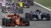 Sebastian Vettel v čele Velké ceny Bahrajnu krátce po startu.