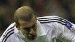 Klíčový souboj úvodního semifinále Ligy mistrů: Zidane vs Nedvěd.