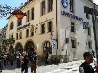 Doslova v obležení byla nejslavnější mnichovská pivnice Hof Brauerhaus.