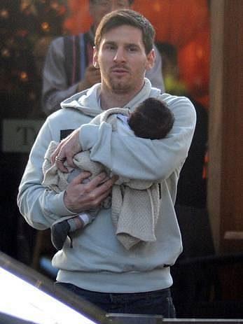 Lionel Messi drží svého následovníka - syna Thiaga.