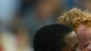 Fotbalisté Slavie Praha Audauto da Silva, Richard Dostálek a Radek Bejbl (zleva) gratulují Tomáši Doškovi (druhý zprava) ke gólu, který vstřelil srbskočernohorskému Sartidu Smederevo v úvodním utkání 1. kola Poháru UEFA