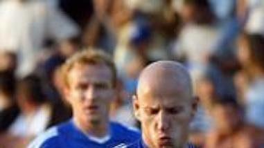 Patrik Gedeon (vlevo) ze Slavie Praha v souboji s Bobanem Stojanovičem z Leotaru Trebinje v utkání druhého předkola fotbalové Ligy mistrů.