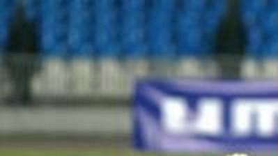 Senegalský obránce Spartaku Moskva Baye Kebe (vpravo) obírá o míč Tommyho Bechmanna z dánského Esbjergu v zápase 1. kola Poháru UEFA