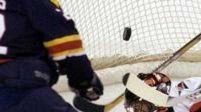 Brankář Caroliny Kevin Weekes při jednom ze zákroků v zápase NHL s Floridou