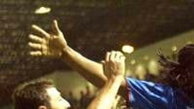 Obránce skotského celku Glasgow Rangers Emerson (uprostřed) oslavuje svou branku proti Panathinaikosu v zápase 2. kola Ligy mistrů