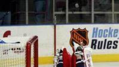 Pozdě... Gólman NY Rangers Mike Dunham (vlevo) se marně vrhá po puku přes ležícího beka Kasparaitise. Vpravo oslavuje branku Alexej Ponikarovskij z Toronta.
