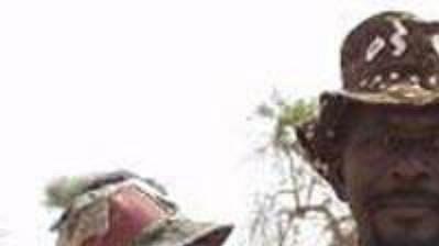 Obyvatel Senegalu s varovným letákem před Rallye Dakar.