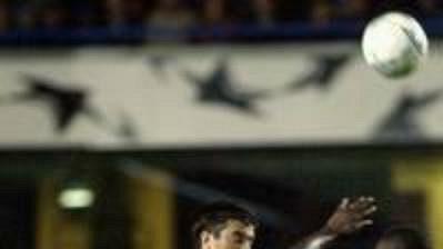 Útočník tureckého Besiktasu Daniel Gabriel Pancu (vlevo) bojuje o míč s obráncem Chelsea Marcelem Desaillym v zápase 2. kola Ligy mistrů