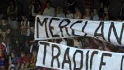 Fanoušci Sparty neskrývali radost z neúspěchu Slavie v předkole Ligy mistrů.