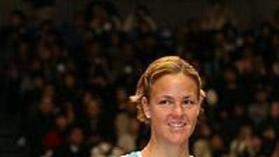 Američanka Lindsay Davenportová (vlevo) a ruská tenistka Maria Šarapovová s trofejemi z turnaje v Tokiu.