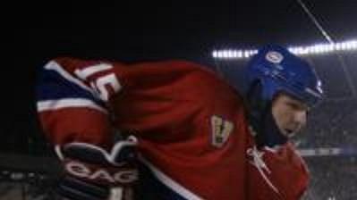 Darren Langdon z Montrealu odehrál utkání pod širým nebem s kuklou pod helmou - archivní fotografie.