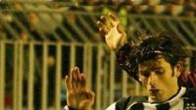 Obránce tureckého Besiktasu Ibrahim Üzülmez a Karel Poborský ze Sparty (vzadu) v utkání 3. kola Ligy mistrů