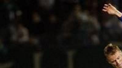 """Fotbalista skotského Glasgow Rangers Michael Ball (uprostřed) """"žádá o volenku"""" hráče Panathinaikosu Jana Michaelsena v zápase 2. kola Ligy mistrů"""