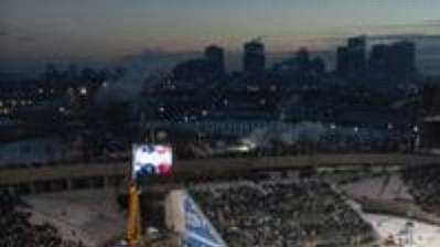 Na stadiónu edmontonských amerických fotbalistů vyrostla ledová plocha.