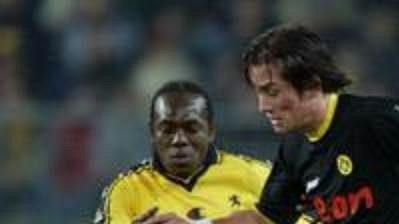 Tomáš Rosický z Dortmundu (v černém) prochází přes hráče Sochaux Soulemana Diawaru (vlevo) a Omara Dafa.