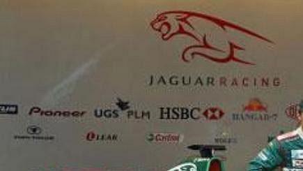 Stáj Jaguar odhalila ve španělské Barceloně monopost pro nadcházející sezónu formule 1 s označením R5. V kokpitu Rakušan Klien, vdle sedí Australan Webber.