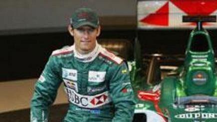 Stáj Jaguar odhalila ve španělské Barceloně monopost pro nadcházející sezónu formule 1 s označením R5. Vlevo Australan Webber, vpravo Rakušan Klien.
