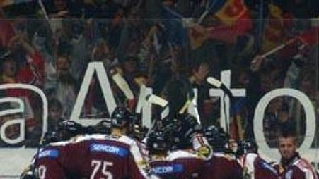 Brankář Slavie Franěk vedle slavících hokejistů Sparty.